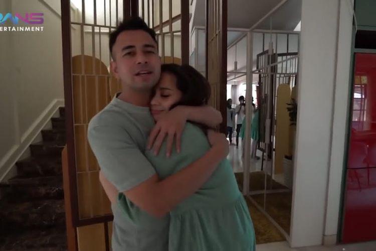 Raffi Ahmad sedang memeluk Nagita Slavina. (Bidikan layar YouTube Rans Entertainment).
