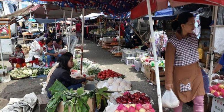 Pedagang dan pembeli di pasar tradisional Kiaracondong, Bandung, Selasa (14/07), banyak yang tidak memakai masker.