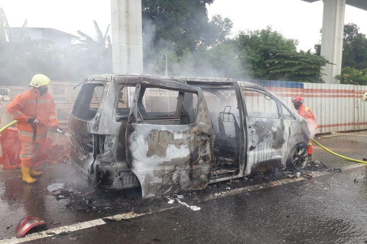 Mobil Toyota Alphard terbakar di dalam tol arah Bogor-Jakarta, Selasa (10/11/2020).