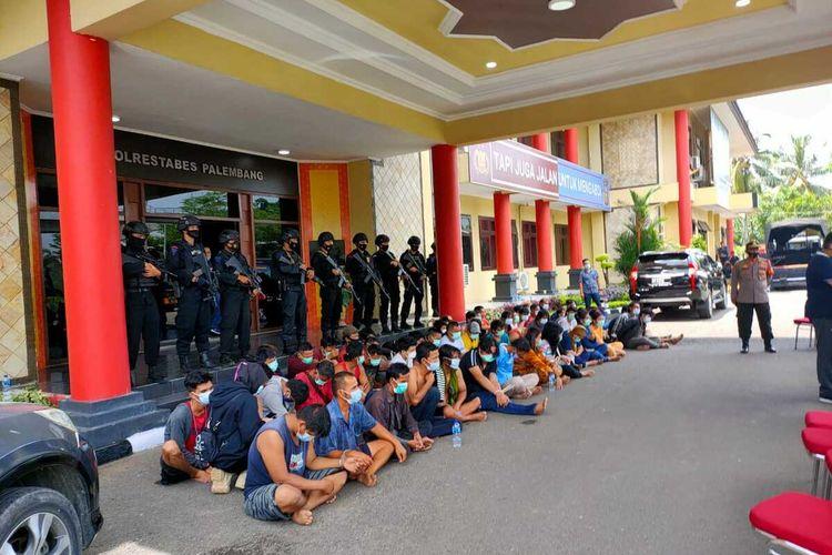 65 orang yang ditangkap petugas gabungan saat menggerebek kampung narkoba di Jalan M Kadir, Kecamatan Ilir Barat (IB) II Palembang, Sumatera Selatan, Minggu (11/4/2021).