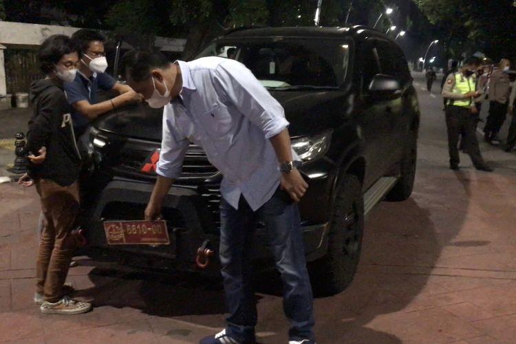 Polisi mengamankan pengemudi dan mobil Pajero yang menggunakan pelat dinas mirip TNI di Jalan Bulungan Raya, Kramat Pela, Kebayoran Baru, Jakarta Selatan pada Minggu (12/9/2021) pukul 03.00 WIB.