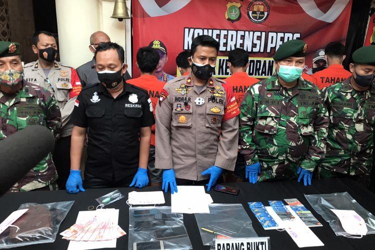 TNI dan Polri merilis kasus penangkapan komplotan pembobol ATM di Komplek Kostrad Kebayoran Lama, Jakarta di Polsek Kebayoran Lama, Jakarta pada Jumat (6/11/2020) sore.