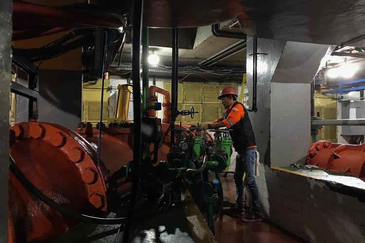 Seorang pekerja tengah memeriksa turbin di PLTA Lamajan di Kabupaten Bandung, Jawa Barat.