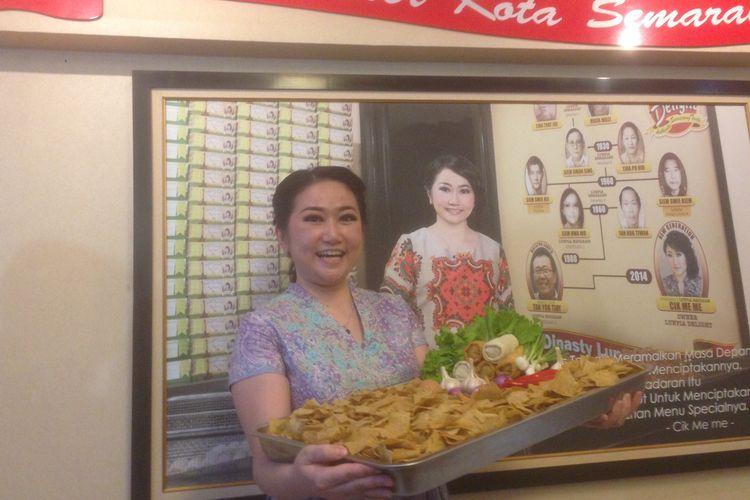 Pewaris generasi ke-5 kuliner lumpia Semarang Melanie Sugiarto menunjukkan inovasi keripik lumpia, Sabtu (23/3/2019)