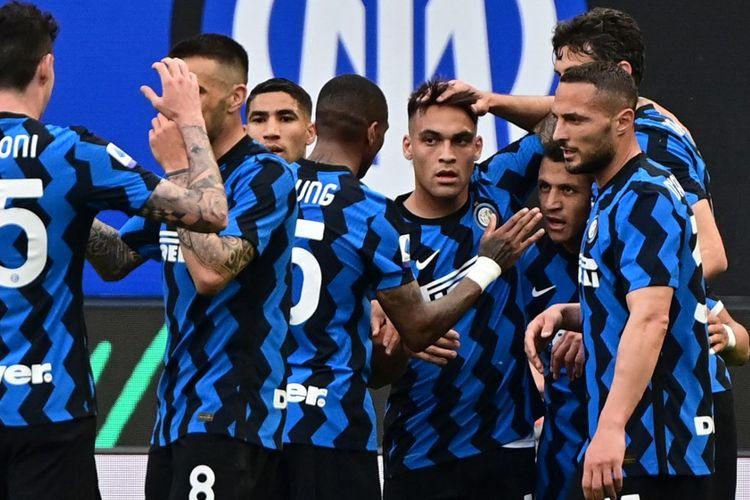 Penyerang Inter Milan, Alexis Sanchez, melakukan selebrasi bersama rekan setimnya usai sukses membobol gawang Sampdoria dalam laga Liga Italia 2020-2021 di Stadion Giuseppe Meazza, Sabtu 8 Mei 2021.
