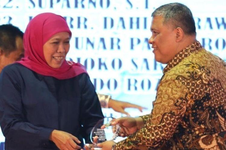 Gubernur Jawa Timur Khofifah Indar Parawansa bersama Kepala Bappeda Jatim Rudy Ermawan Yulianto.