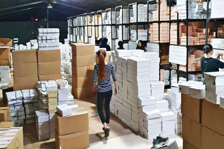 Karyawan Shopatblow sedang bekerja di gudang