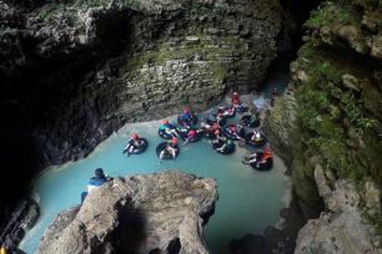 View goa pertama di Kalisuci, Gunung Kidul, Yogayakarta nampak sangat indah, dan menantang adrenalin peserta cave tubing.