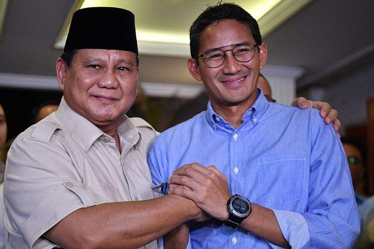 Calon Presiden dan Wakil Presiden nomor urut 02 Prabowo Subianto (kiri) dan Sandiaga Uno (kanan) berjabat tangan usai memberikan keterangan pers terkait putusan MK tentang perselisihan hasil pemilihan umum (PHPU) Pilpres 2019 di kediaman Prabowo, Jakarta Selatan, Kamis (27/6/2019). Prabowo-Sandi menyatakan menghormati dan menerima putusan MK yang menolak gugatannya.