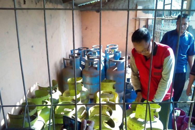 Petugas Dinas Perdagangan Kudus saat mengecek pangkalan tabung elpiji 3 kilogram di Desa Tanjungrejo, Kecamatan Jekulo, Kudus, jateng, Jumat (15/12/2017) sore.