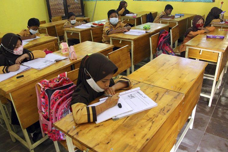 Sejumlah murid sekolah dasar mengikuti belajar tatap muka di Dumai, Riau, Kamis (26/8/2021). Pembelajaran tatap muka di daerah tersebut kembali dibuka untuk semua kelas sebanyak dua kali pertemuan dalam seminggu dan durasi belajar selama dua jam di sekolah. ANTARA FOTO/Aswaddy Hamid/rwa.