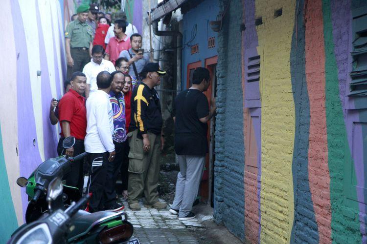 Wali Kota Semarang Hendrar Prihad sedang meninjau penataan Kampung Pelangi.