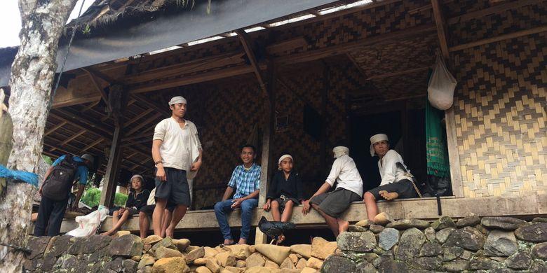 Beberapa penduduk Baduy Dalam sedang berada di Kampung Balingbing (Baduy Luar), Desa Adat Baduy atau Desa Kanekes, Kecamatan Leuwidamar, Kabupaten Lebak, Banten, Sabtu (17/2/2018).