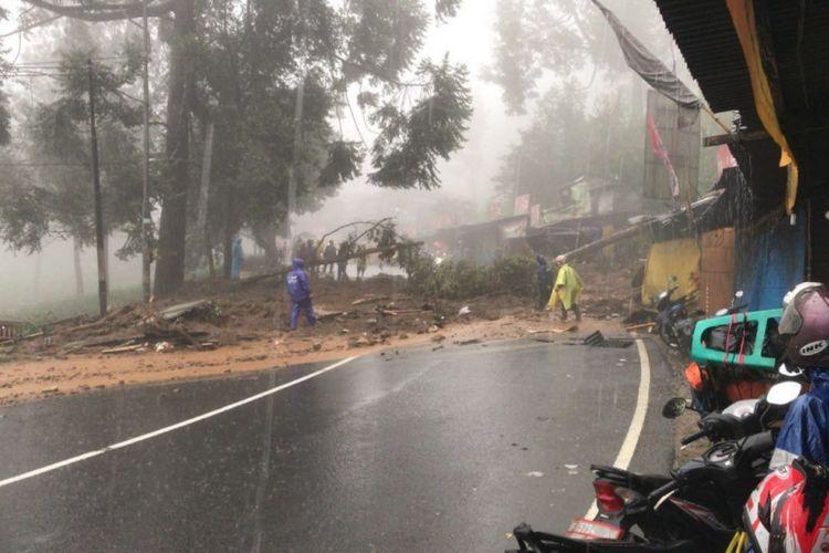 Bencana longsor terjadi di jalur Puncak, Bogor, Jawa Barat, Senin (5/2/2018).
