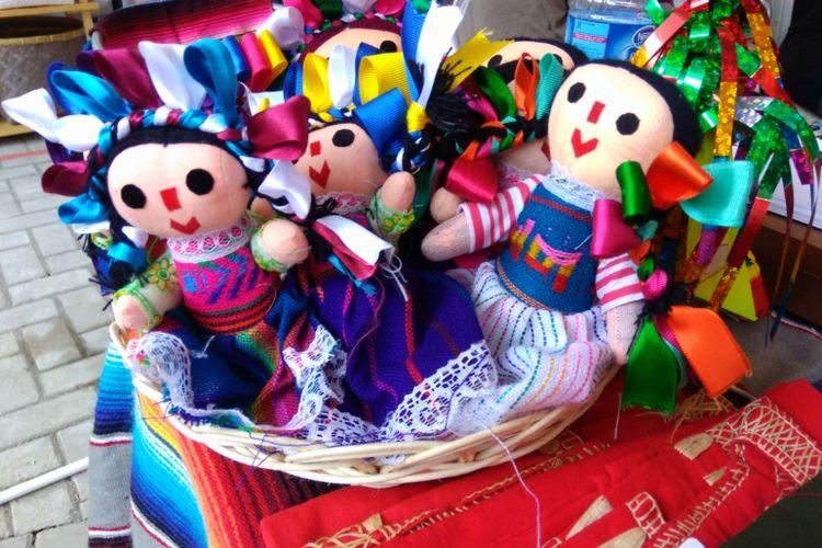 Boneka khas Meksiko di booth Kedutaan Besar Meksiko pada Festival De Loco.