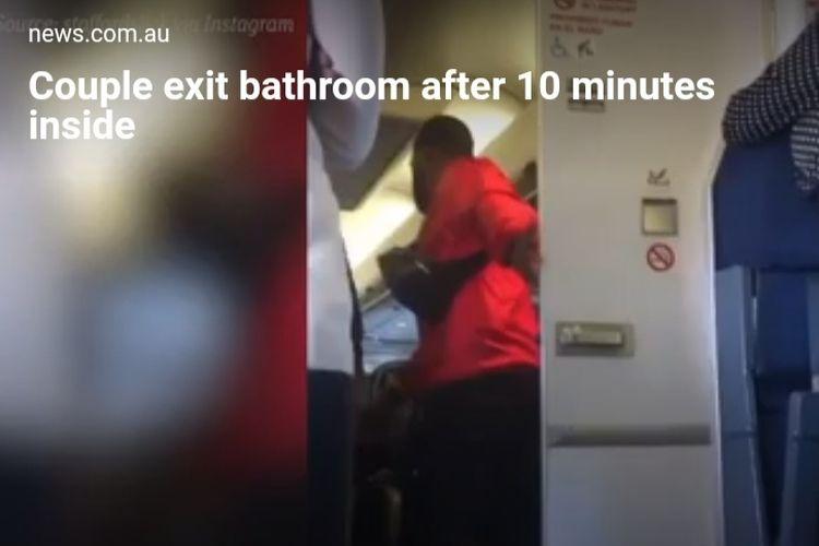 Penumpang pesawat tertangkap kamera keluar dari wc pesawat bersama pasangan.