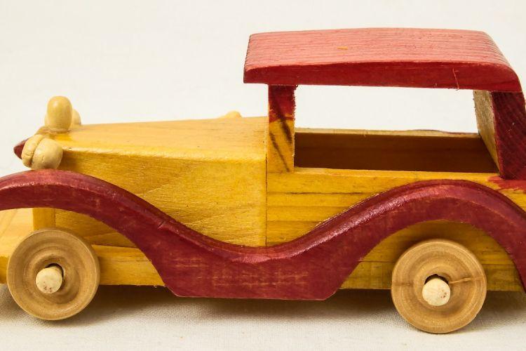 Ilustrasi mobil-mobilan dari kayu
