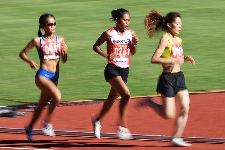 Pelari Indonesia Odekta Elvina Naibaho (tengah) berpacu dengan pelari lainnya pada Lomba Lari 10.000 Meter Putri SEA Games ke-30 di Stadion Atletik New Clark, Filipina, Minggu (8/12/2019). Odekta Elvina Naibaho berhasil mencapai finis urutan ketiga dengan catatan waktu 36 menit 42,28 detik sehingga meraih medali perunggu.