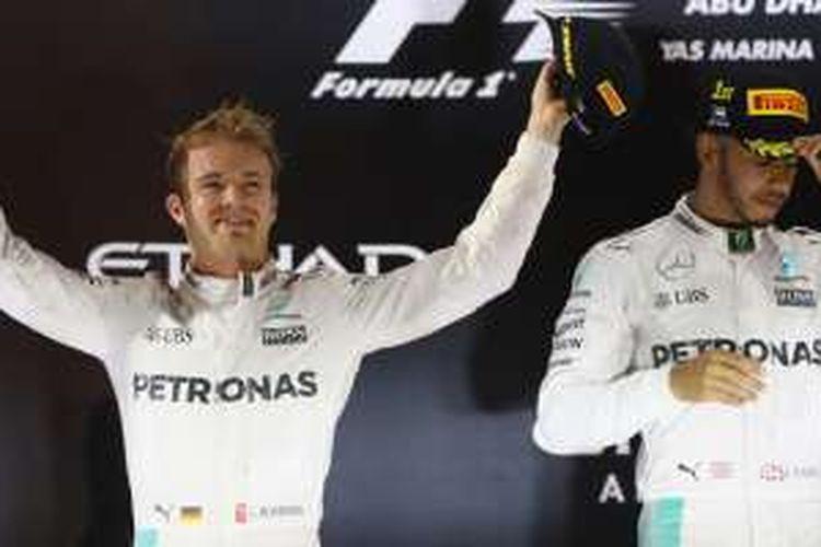 Nico Rosberg dan Lewis Hamilton di podium Surkuit Yas Marina, Abu Dhabi, 2016.