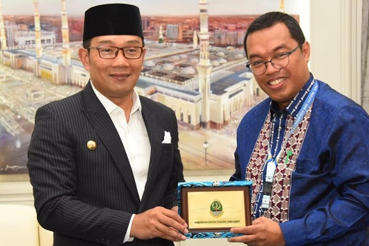 Gubernur Jawa Barat Ridwan Kamil saat menandatangani nota kesepahaman dengan PT Perikanan Nusantara (Persero) di Gedung Pakuan, Kota Bandung, Senin (2/9/2019).