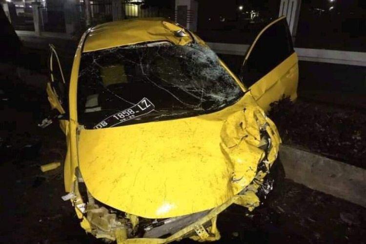 Mobil Honda Brio yang dikemudikan Maikel Stiv Maringka (39) yang merupakan anggota DPRD Manado, mengalami rusak berat.