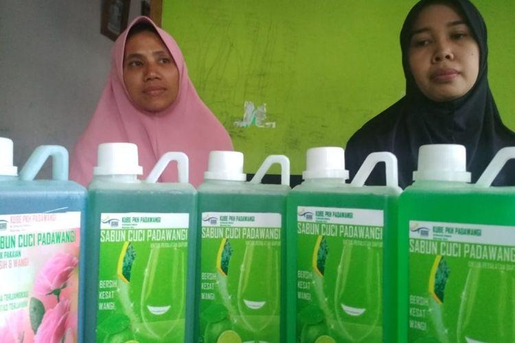 Eli (kiri) dan Eva pendamping PKH Desa Padahurip bersama sabun cuci produksi rumahan yang dipesan Jokowi, Minggu (20/1/2019).