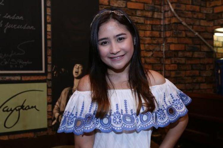 Prilly Latuconsina berpose di Rumah Iponk Karawaci, Tangerang, Senin (6/2/2017). Prilly akan melakukan rekam vokal untuk single lagunya yang beraliran jazz-classic bersama Ardhito Pramono.