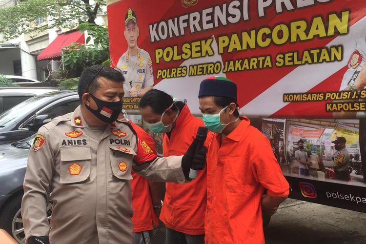 Kapolsek Pancoran Kompol Johanies Soeprijanto saat merilis penangkapan pengedar narkoba jenis sabu.