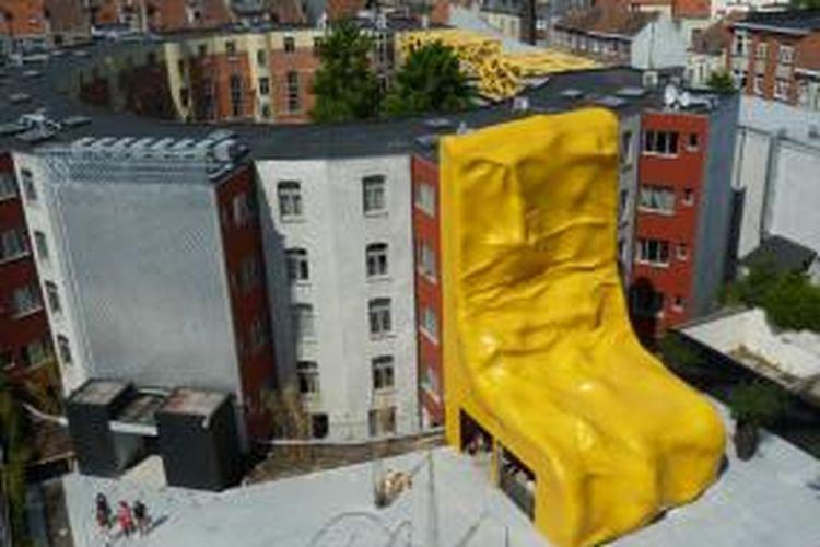 Sculpture berwarna kuning mustar ini berfungsi sebagai penutup fasad bangunan multiguna Zebrastraat, Belgia.