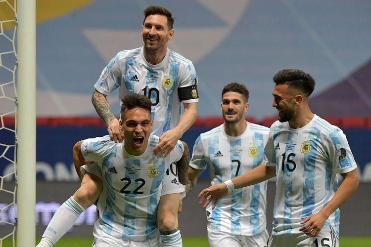 Penyerang Argentina Lautaro Martinez (kiri) merayakan gol dengan rekan setimnya Lionel Messi, Nicolas Gonzalez (kanan) dan Rodrigo De Paul dalam semifinal Copa America 2021 Argentina vs Kolombia di Stadion Mane Garrincha di Brasilia, Brasil, pada 6 Juli 2021.