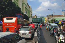 PKL Caplok Trotoar, Jalan di Depan Pasar Tanah Abang Macet Parah