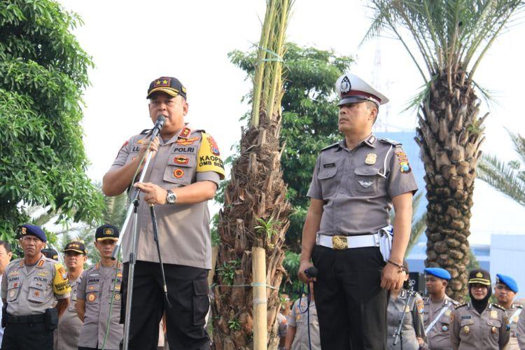 Aiptu Sujadi (kanan) diberi penghargaan oleh Kapolda Jatim Irjen Luki Hermawan (kiri), Senin (11/3/2019)