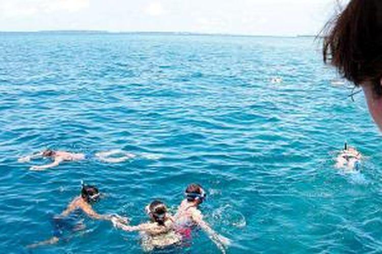 Snorkeling adalah salah satu kegiatan yang menjadi daya tarik wisata Maladewa. Di perairan Maladewa yang jernih, penyelam bisa melihat berbagai biota laut.