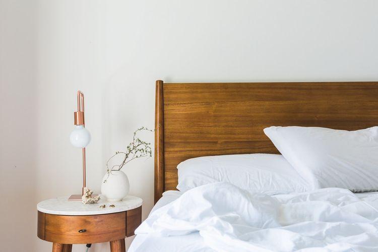 Ilustrasi dipan kayu, tempat tidur.