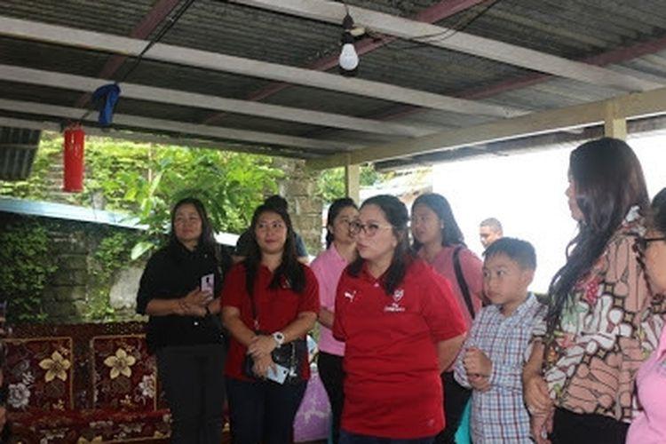 Kumpulan ibu anggota PKK Sulawesi Utara bersama pengurus Dharma Wanita Persatuan (DWP) menyerahkan bantuan logistik untuk korban bencana banjir dan tanah longsor di Manado, Sulawesi Utara, Minggu pagi (3/2/19).