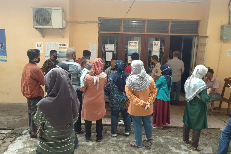 Puluhan orang tuas siswa datangi Disdik Sumbar pertanyakan hasil kelulusan PPDB SMA/SMK Sumbar, Kamis (9/7/2020)