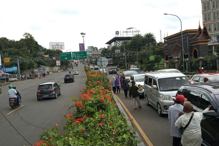 Petugas Satlantas Polres Bogor tampak memprioritaskan rekayasa satu arah atau one way menuju Jakarta untuk mengurangi kemacetan di penghujung arus balik Nataru di Simpang Gadog, Megamendung, Kabupaten Bogor, Jawa Barat Minggu (3/1/2021)