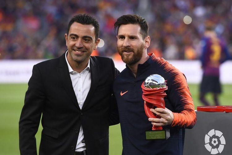 Pemain depan Barcelona Argentina Lionel Messi (kanan) menerima pemain piala bulan ini dari mantan gelandang Spanyol Xavi Barcelona sebelum pertandingan sepak bola liga Spanyol antara FC Barcelona dan Real Sociedad di stadion Camp Nou di Barcelona pada 20 Mei 2018.