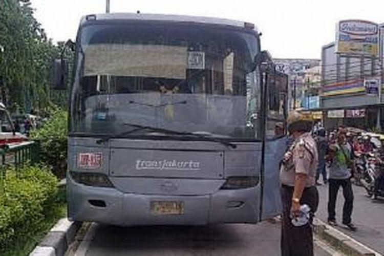 Seorang warga terluka parah tertabrak bus Transjakarta JMT-035 plat nomot B 7455 IX, koridor VII jurusan PGC-Ancol, di Jatinegara, Jakarta Timur, Senin (15/12/2014).