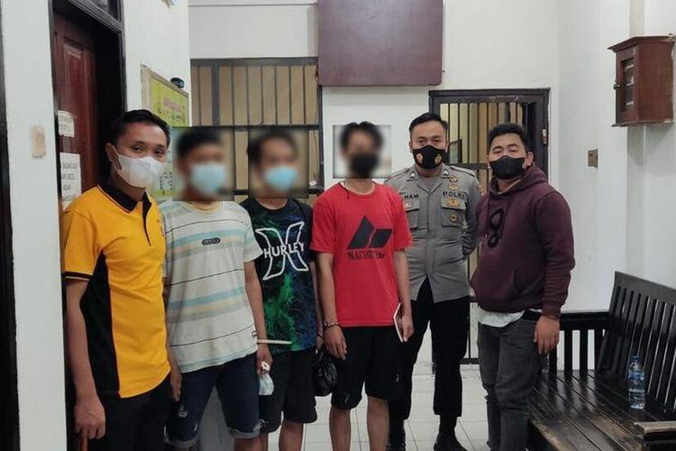 Petugas Kepolisian menunjukkan tiga pemuda pengedar tembakau gorila saat hendak dijebloskan ke ruang tahanan Polresta Tasikmalaya, Senin (13/9/2021).