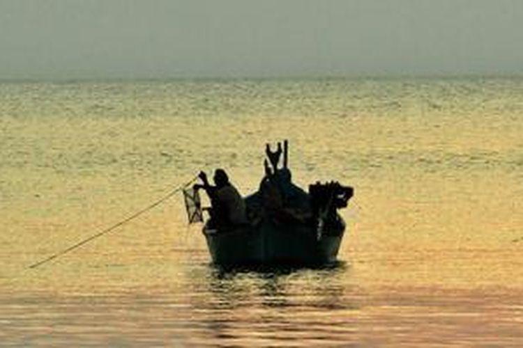 Nelayan di Pantai Kuarsa Sikka, Pulau Bangka, Provinsi Bangka Belitung.