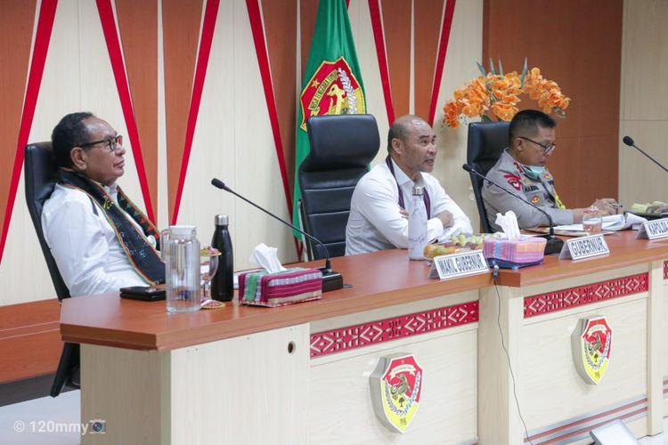 Gubernur Nusa Tenggara Timur (NTT) Viktor Bungtilu Laiskodat, saat memimpin rapat virtual dengan para Bupati dan Wali Kota di ruang rapat Gubernur, Selasa (26/5/2020)