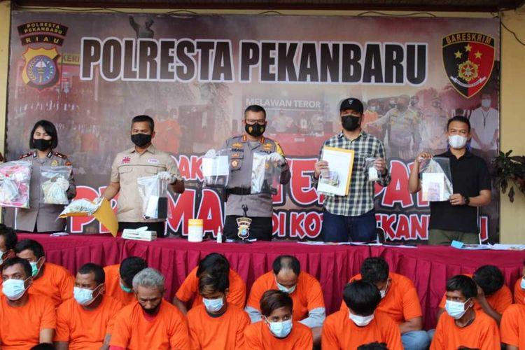 Kapolresta Pekanbaru Kombes Pol Nandang Mu'min Wijaya bersama jajaran merilis penangkapan 79 orang premanisme yang melakukan pungli di Kota Pekanbaru, Riau, Minggu (13/6/2021).