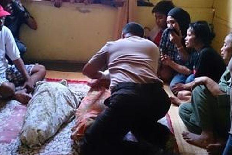 Dua balita yang ditemukan tewas terbakar merupakan adik kakak, tengah diperiksa tim dokkes dari rumah sakit Bhayangkara Kendari.