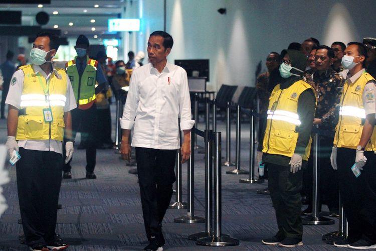 Presiden Joko Widodo (tengah) mencoba thermal scanner yang dipasang di terminal kedatangan luar negeri saat melakukan peninjauan kesiapan Bandara dalam menghadapi COVID-19 di Terminal 3 Bandara Soekarno Hatta, Tangerang, Banten, Jumat (13/3/2020). Dalam kunjungannya Presiden menegaskan bahwa pengecekan pergerakan manusia di bandara Soetta sudah sangat ketat. ANTARA FOTO/Muhammad Iqbal/pd