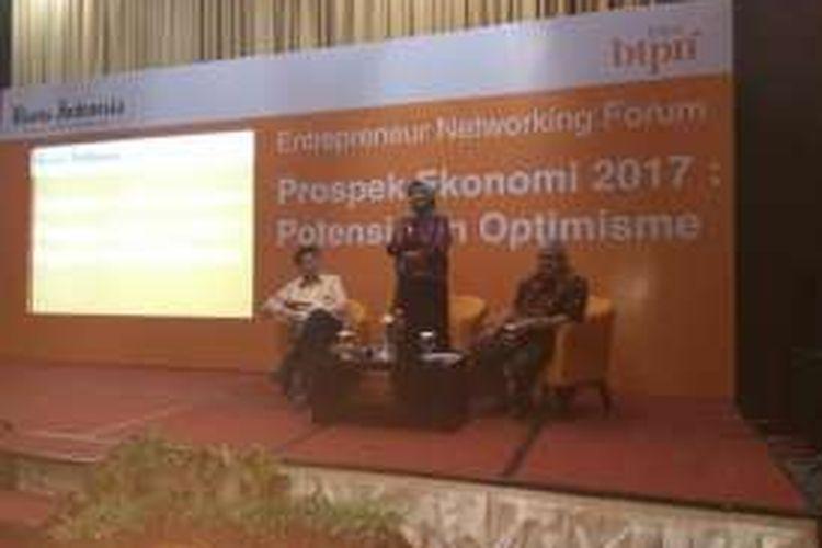 Dari kiri ke kanan, Wakil Direktur BTPN Ongky W. Dana, Ekonom Core Indonesia dan Wakil Pemimpin Umum Bisnis Indonesia Ahmad Djauhar (moderator) dalam acara Entrepreneur Networking Forum di Palembang, Rabu (26/10/2016).