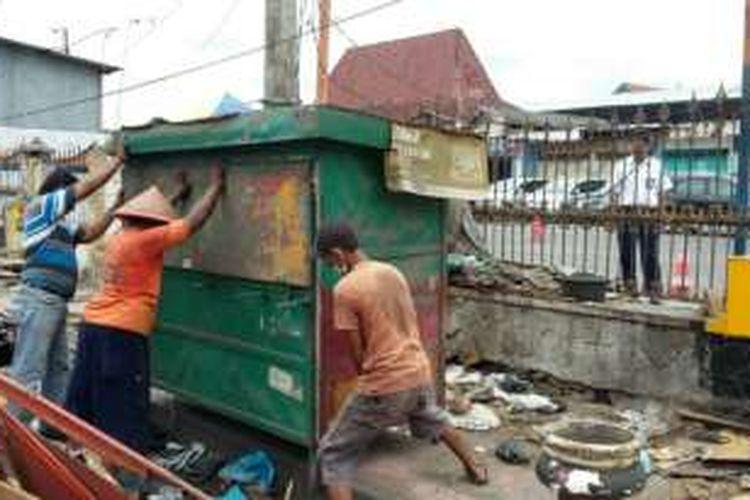 Para pedagang saat mengemasi barang-barangnya setelah lapak daganganya di tertibkan oleh PT KAI Daop VI