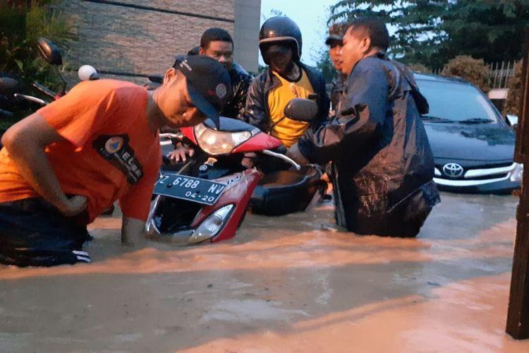Banjir merendam wilayah Desa Sayang, Kecamatan Jatinangor, Jumat (28/2/2020) sore. Sejumlah warga mengaku panik karena air datang tiba-tiba. AAM AMINULLAH/KOMPAS.com