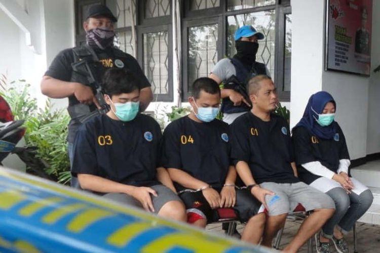 BNN Jawa Tengah mengamankan empat tersangka pelaku TPPU uang hasil bisnis narkotika di Semarang, Selasa.
