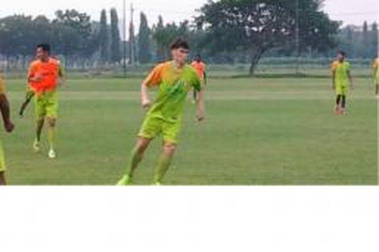 Pemain Korea Selatan, Kim Young Hoo, saat berlatih bersama Persebaya Surabaya.